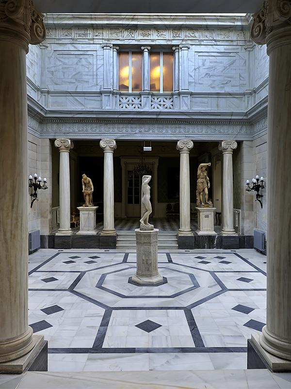 sala con esculturas del Real Casino de Murcia