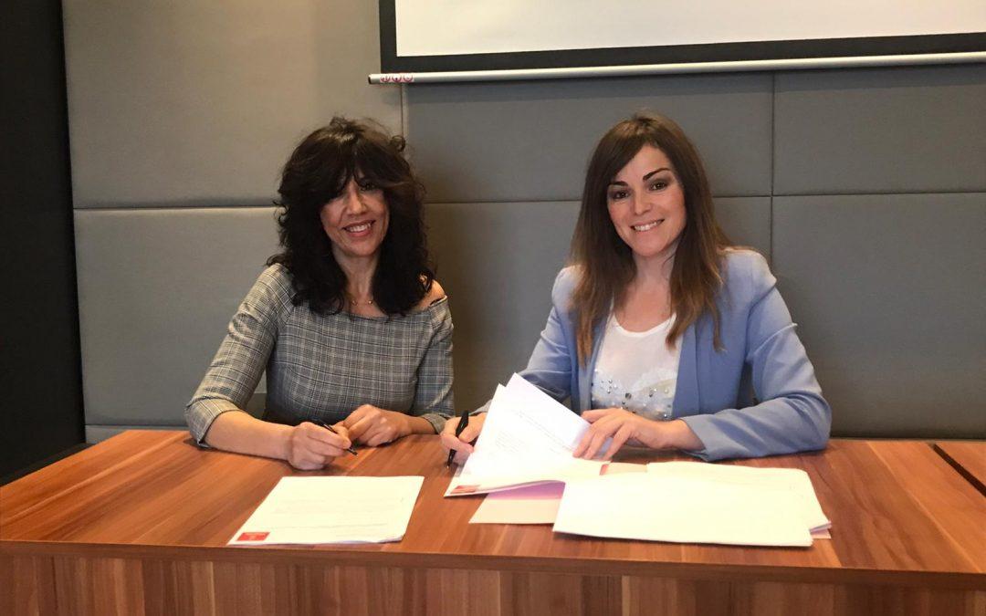El Ayuntamiento y Ashomur firman el convenio para mejorar la señalización en hoteles